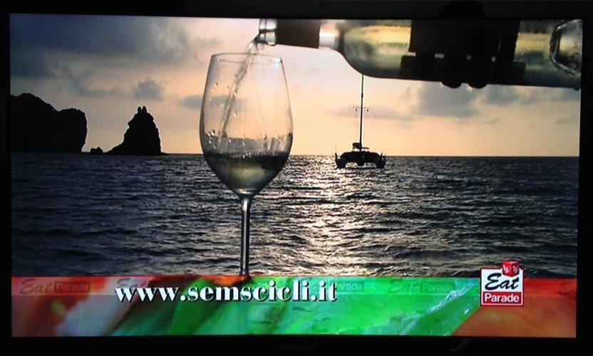 https://www.ragusanews.com/resizer/resize.php?url=https://www.ragusanews.com//immagini_articoli/31-10-2014/1414781098-0-rubino-rotte-del-vino-al-tg2.jpg&size=832x500c0