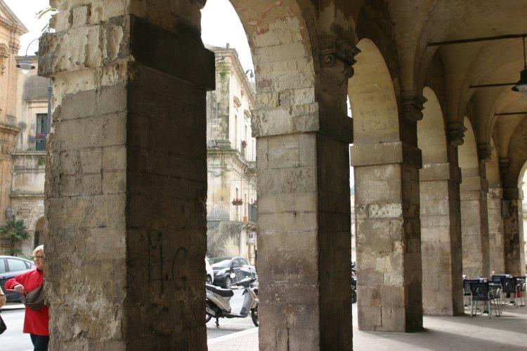 https://www.ragusanews.com/resizer/resize.php?url=https://www.ragusanews.com//immagini_articoli/31-12-2014/1420061330-1-il-vecchio-municipio-di-modica-i-ponti-ri-pulera.jpg&size=750x500c0